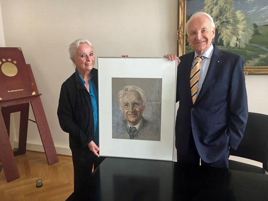 Erika Nieberle überreicht Herrn Dr. Edmund Stoiber sein Portrait in Pastellkreide