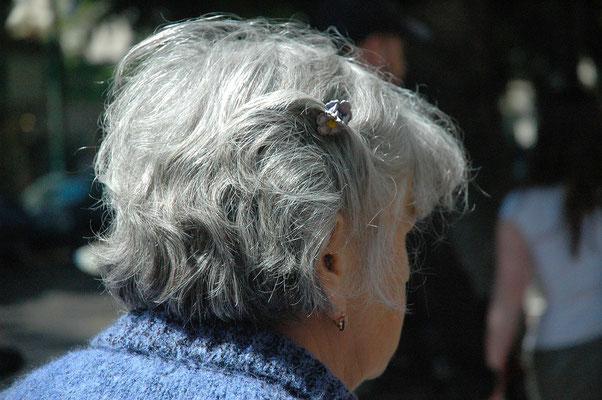 ältere Frau abgewandes Gesicht