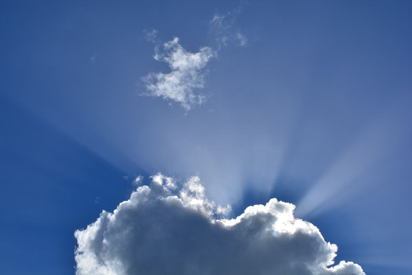 Sonne durchbricht Wolkenhimmel
