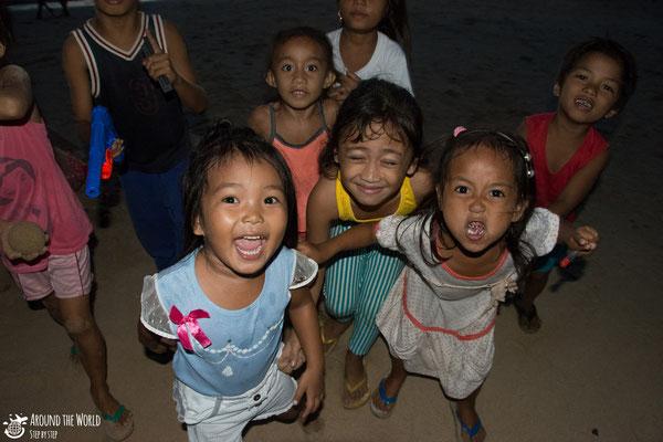 Childre in Calitang beach el nido palawan|aroundtheworldstepbystep.com