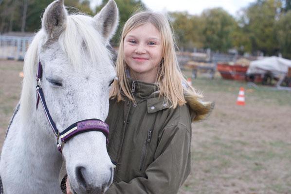 Lilly ist ein sehr feines Pferd und wird bei uns mit  viel stimme Geritten. Durch eine Krankheit bedingt Reitbar.