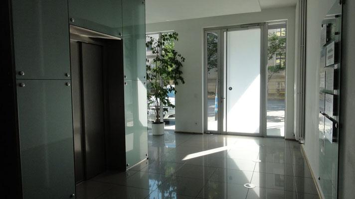Hauseingangsbereich des Kanzleigebäudes mit Fahrstuhl