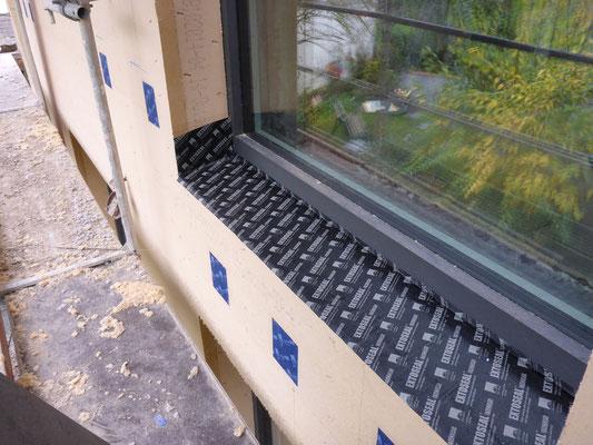 die Regensichere Unterfensterbank in der Fassade