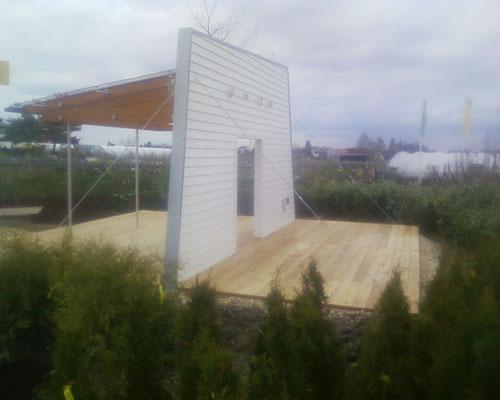 Holzterrasse mit Wand für Präsentationszwecke