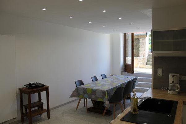 La salle à manger - Grande table pour repas en famille - Gîte au nord de la Meuse
