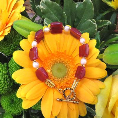 29. Bracelet: Cornaline & Perles d'eau douce; CHF 30.