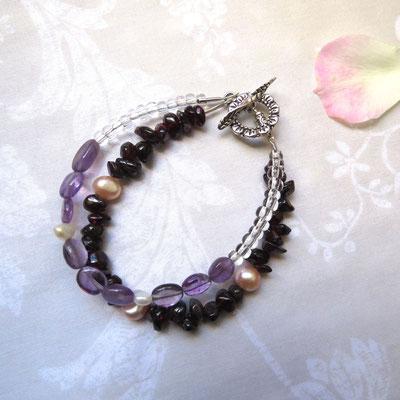 30. Bracelet: Améthyste, Cristal de roche, Grenat & Perles d'eau douce; CHF 35.