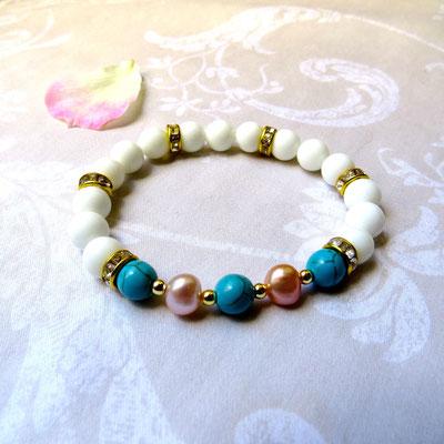 27. Bracelet: Agate blanche & Perles d'eau douce; CHF 30.