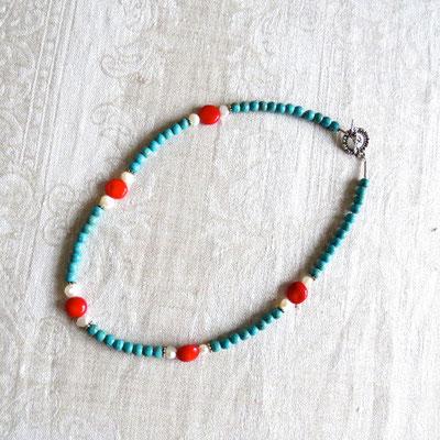 95. Halskette: Türkiser Howlith, Perlen & Bambus-Koralle; 45 cm; CHF 55.