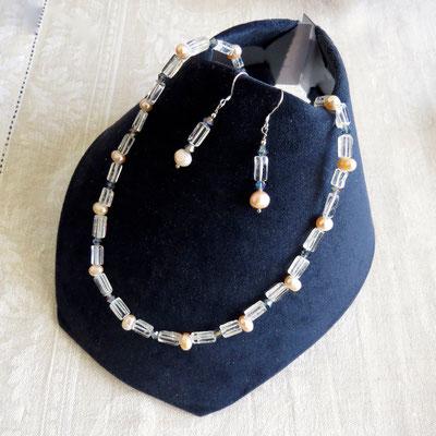 80. Halskette (50 cm) & Ohrringe, Silber: Bergkristall, Swarovski & Rosa Perlen; CHF 90.