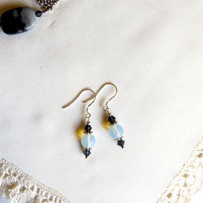 41. Boucles d'oreilles, argent : Opalite & Swarovski; CHF 20.