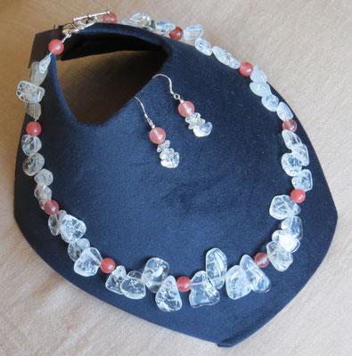 13. Halskette: Bergkristall und Rosa Turmalin; 46 cm; CHF 80. - Ohrringe: Bergkristall, Rosa Turmalin und Silber; CHF 20.