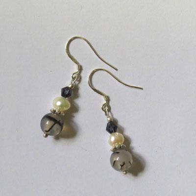 22. Boucles d'oreilles:Perles d'eau douce, Agate & Argent; CHF 25.