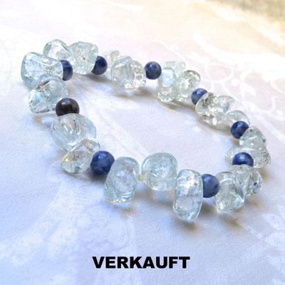 63. Armband: Bergkristall und Sodalit; CHF 40.