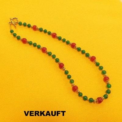 42. Halskette: Jade und Karneol; 45 cm; CHF 60.