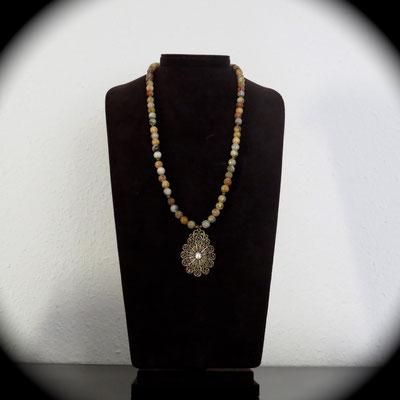 58. Collier (60 cm) avec pendentif métal (5 cm): Agate; CHF 70.