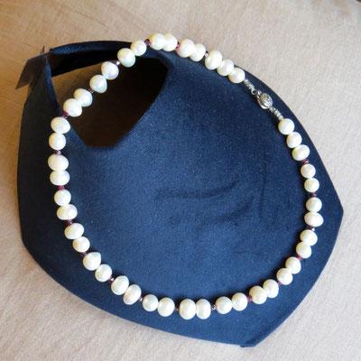 10. Halskette: Frischwasserperlen und Granat; 45 cm; CHF 90.