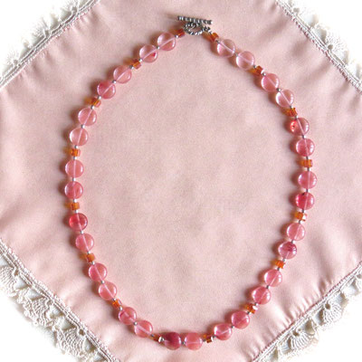 43. Collier : Cherry quartz : 45 cm ; CHF 45.