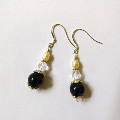 26. Boucles d'oreilles:Pierre de soleil bleu, Perles d'eau douce & Argent; CHF 30.