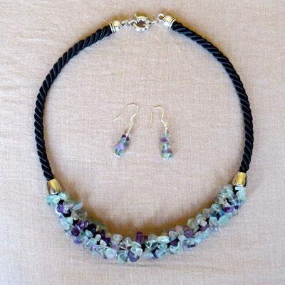 3. Halskette: Fluorit; 48 cm; CHF 40. - Ohrringe: Fluorit und Silber; CHF 20.