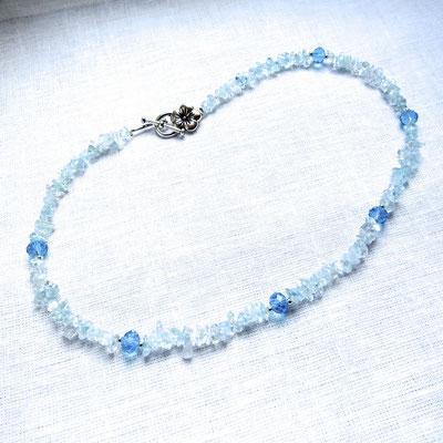 34. Halskette: Aquamarin und Swarovski; 45 cm; CHF 65.