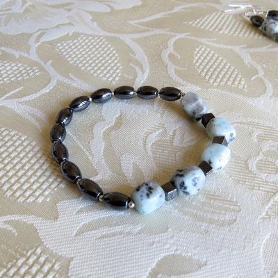 82. Armband: Blaue Granit & Hämatit; CHF 30.
