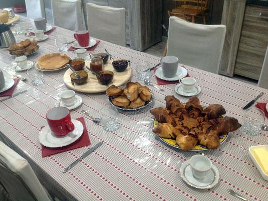 Petit-déjeuner gourmand près d'Arlempdes en Haute-Loire à la table d'hôtes la Freycenette