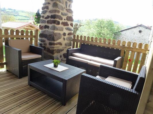 Profiter d'un apéritif sur la terrasse ou venez bouquiner en Haute-Loire