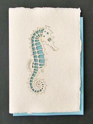 Karte aus Baumwollbütten mit gelasertem Motiv - Seepferdchen