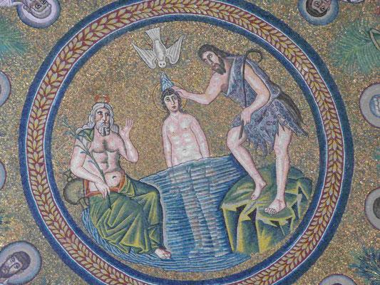 Deckenmosaik in einem Baptisterium in Ravenna