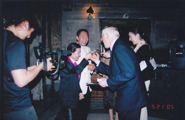 2005年 演奏後バチカンラジオ関係者との一幕