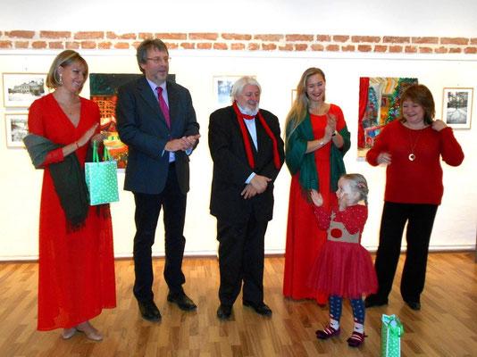 die kleine Tochter von Odarka stiehlt uns allen die Show:     von links: Katerina Kiper, Alexander Leitner, Reinhard Auer, Odarka Dema-Pisna,     Marina Nagaychuk