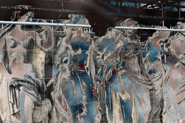 """Georg Grell. """"Entblößte königliche Hofdamen warten auf das Bankett"""" Nach einer Vorlage: Fassadenskulpturen vom Neuen Palais (Hofdamenflügel, in der Restaurierungsphase)/Stiftung Preußische Schlösser und Gärten Berlin-Brandenburg, Potsdam"""