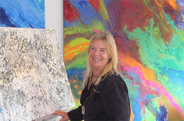 Die Künstlerin vor ihrer Arbeit