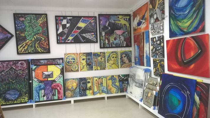 Sowohl Firmenkunden als auch Private finden im neuen Showroom in Weite eine grosse Auswahl an internationaler Kunst.