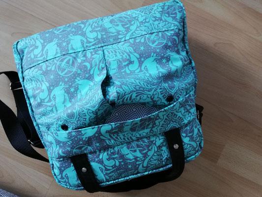 Die äußeren Fächer der Tasche werden mittel Reißverschluss oder Druckknöpfen geschlossen.