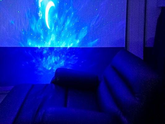 椅子と青いリラックス用プロジェクター画像