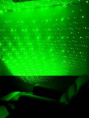 椅子と緑色のリラックス用プロジェクター画像