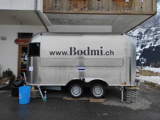 Beschriftung Foodtruck Airstream Anhänger Bodmi Hotel Grindelwald