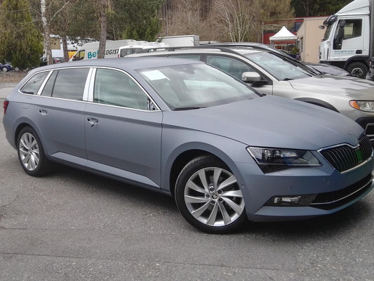 Skoda Superb foliert mit Avery matte metallic anthracite Folie