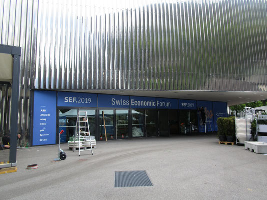Swiss Economic Forum Interlaken Beschriftung Fensterfront