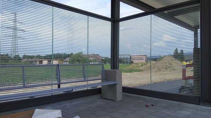 Folienstreifen horizontal auf Glaswände appliziert
