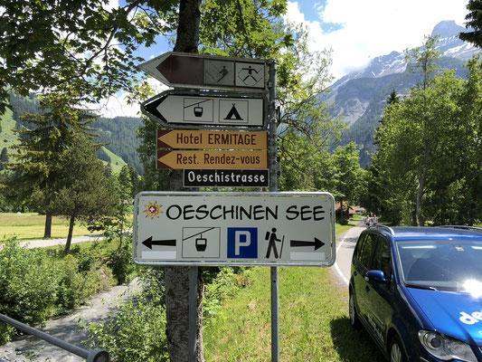 Wegweiser Verzweigung zu verschiedenen Parkplätzen
