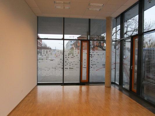 Appliziert auf Innenseite der Fensterfront