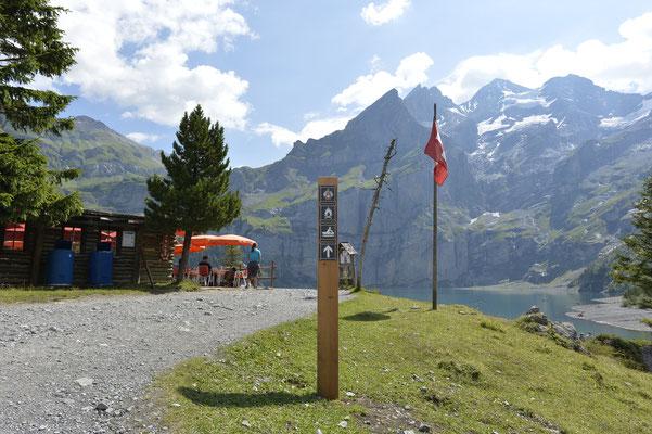 17 Holzsäulen leiten den Weg von der Talstation bis zum Oeschinensee