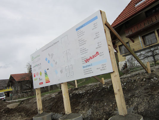Bautafel auf Holzkonstruktion