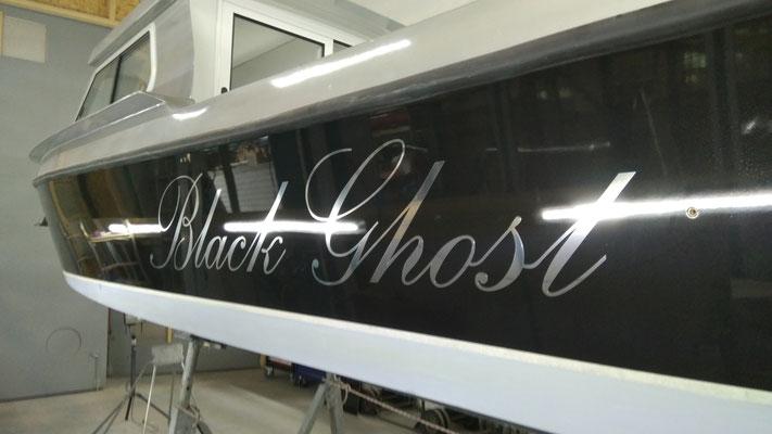 Folienschriftzug auf Boot