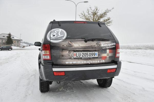 Holzoptik verläuft in die schwarze Fahrzeugfarbe