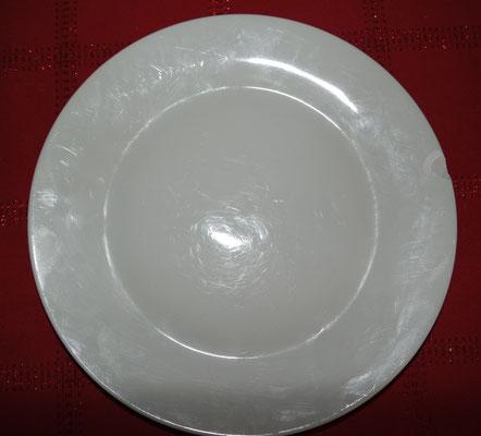 assiette blanche unie avec côté cassé