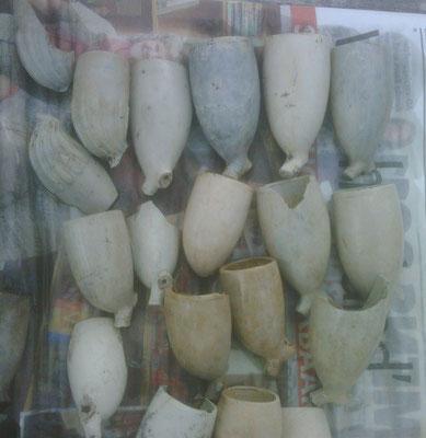 Een geconcentreerde vondst met diverse kromkoppen met Melkmeisje, eentje met molen en koning david of krijgsman,  Ovoide met 26 en Both, 3 knorren zonder merk